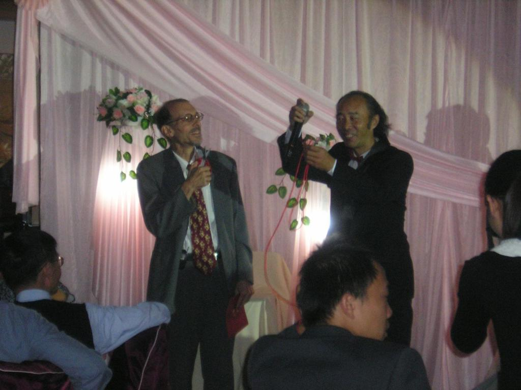 Wedding emcee shows Norty a magic trick